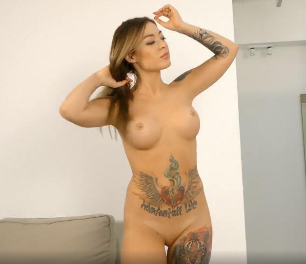 Giovane ginnasta di 18 anni e figa tatuata con belle tette