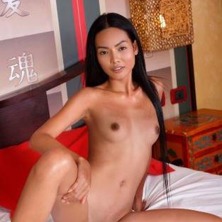 Modelle Nude: La modella asiatica Magen, nuda sotto il sole d'Estate