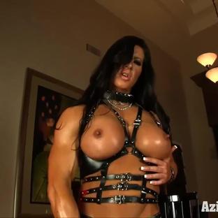 Angela Salvagno indossa uno strap on