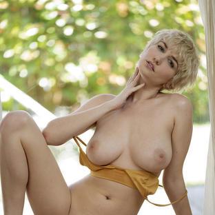 Skye Blue, una famosa modella Met Art prende il sole nuda in terrazza durante il lockdown