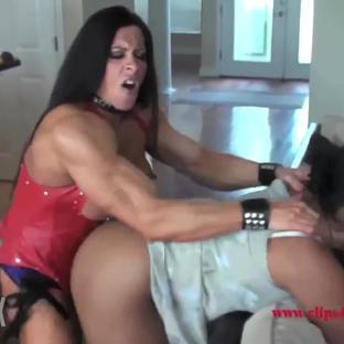 La pornostar muscolosa Angela Salvagno si scopa una amica lesbica con uno strapon