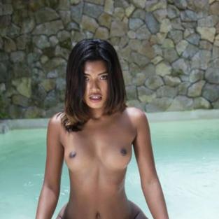 Modelle Nude: La bellissima modella asiatica Moana Rosi e le sue tette bellissime