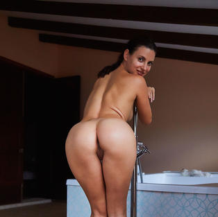 Ragazze Nude: La bellissima ragazza sexy e modella Jasmine Jazz si masturba sotto il sole di Ibiza