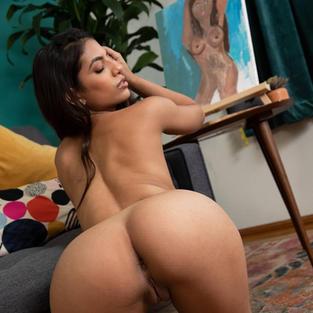Modelle Nude: La bellissima modella Met Art Daniella Vioti con le gambe aperte