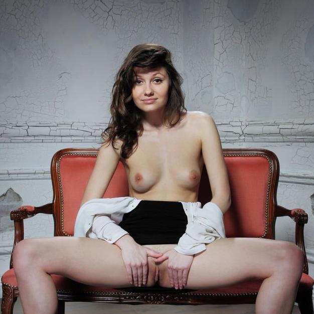 Le belle tette e la vagina depilata di Carmela, una bellissima modella nuda e italiana