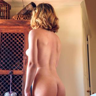Modelle Nude: La bellissima modella Met Art Lucretia K fa l'esibizionista in un parco