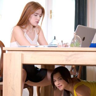 Porno Lesbo: Smart Working erotico per una coppia di ragazze lesbiche arrapate
