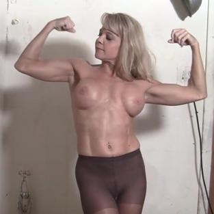Una milf bionda, tatuata e palestrata si spoglia nuda e si masturba