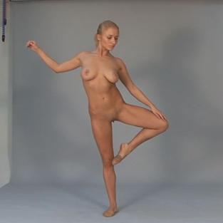 Una ragazzina biondina, russa e tettona come ginnasta nuda in un video porno