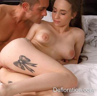 Porno Vergini: La bella figa vergine Koza scopata e sverginata impara il sesso amatoriale