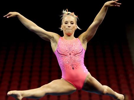 Il piacere di vedere una ginnasta nuda esibirsi in una serie di movimenti sensuali