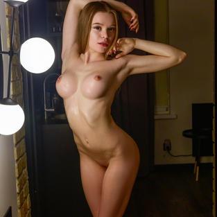 Emma Jomell, giovane ginnasta tettona di 18 anni nuda