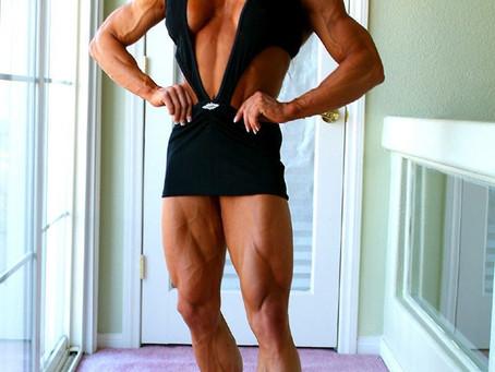 Angela Salvagno - Una donna muscolosa nuda che conosce l'arte della dominazione femminile