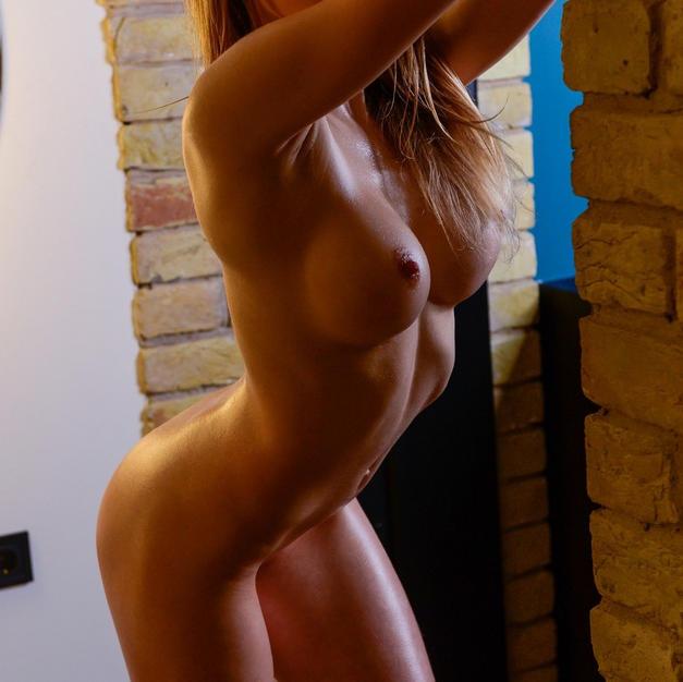 Emma Jomell, una figa nuda di 18 anni