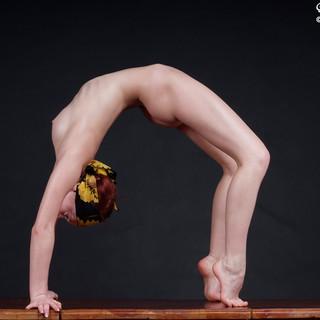 Jaroslava, sexy ginnasta diciottenne nuda