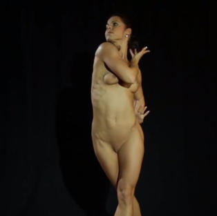 Bellissima ballerina nuda di 18 anni apre le gambe e fa vedere la figa nuda e depilata