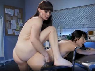 Video transex con trans che fa esperimenti di sesso anale con una giovane fighetta nuda