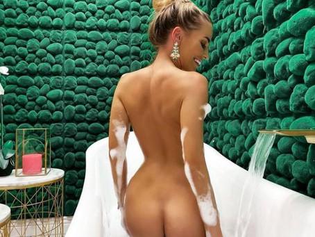La modella italiana Eveline Dellai si fa leccare la figa da una sua amichetta di calcio