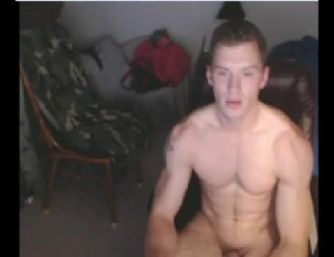 Coppia amatoriale fa sesso live in una chat erotica