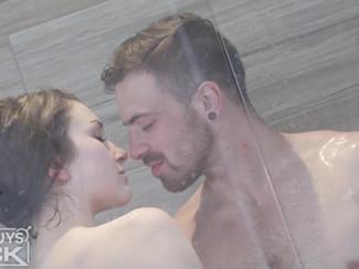 Un altro video porno femminile in HD - Un ragazzina figa troia fa la doccia con un cazzone