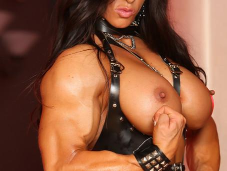La pornostar Angela Salvagno posa nuda e ci mostra le sue tette di ferro indossando uno strapon