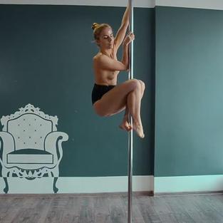 Bella figa nuda e diciottenne si esibisce come ballerina nuda mentre pratica pole dance