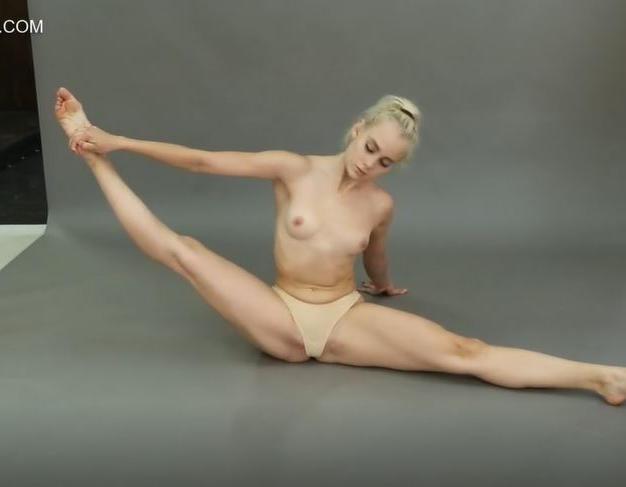 Dora Tornaszkova, ginnasta nuda e figa di appena 18 anni