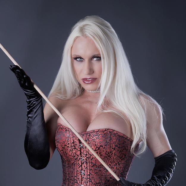 La pornostar muscolosa Ashlee Chambers fa una sega al suo slave come una brava mistress