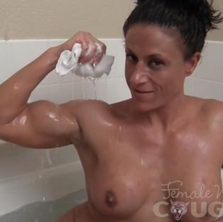 Escort muscolosa e milf viene pagata per uno show erotico nella vasca da bagno con masturbazione