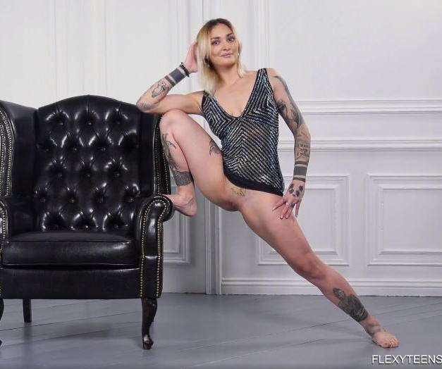Giovane ginnasta nuda, figa e tatuata dall'Ungheria