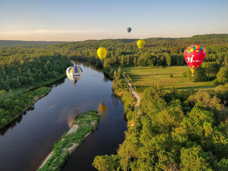 Gaisa baloni virs Gaujas