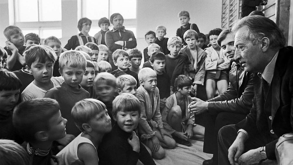 Gianni Rodari video intervistato risponde alle domande dei bambini Il Tuo Biografo