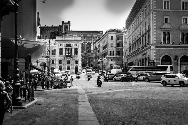città - strade - piazze- vie - storia - presente - passato