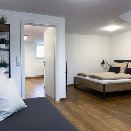 Hell und gemütliches Schlafzimmer mit 1 Doppel- und 1 Einzelbett.