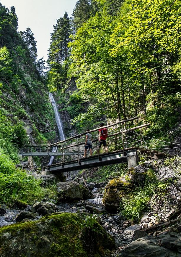 Abkühlung am Eiferbacher Wasserfall.