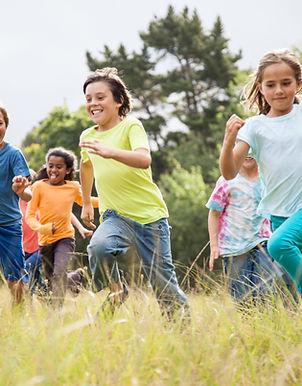 spielende Kinder auf dem Land