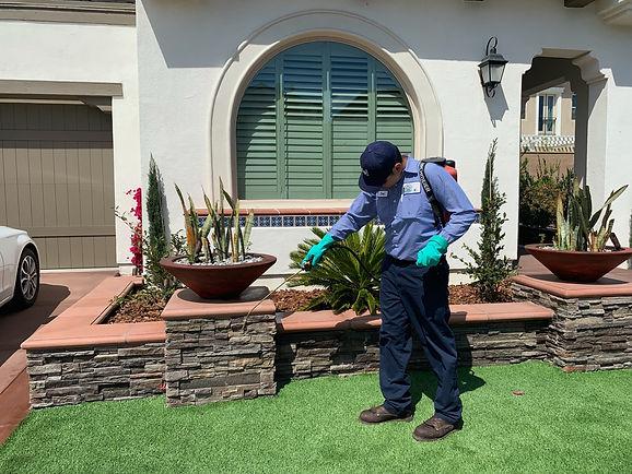 eco-friendly-pest-control-technician-servicing-a-customer-in-ivine-california
