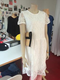 Kleid aus elastischer Spitze