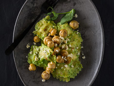 RAVIOLI IN CREAMY PEA AND SPINACH SAUCE WITH BABY BUTTON  MUSHROOMS AND FETA