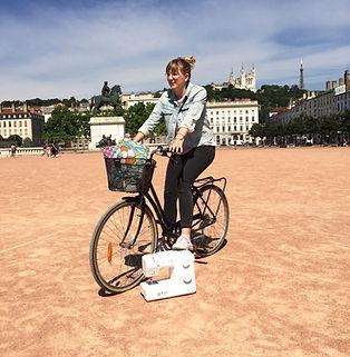 Julie sur son Vélo avec ses produits et sa machine à coudre - Kupoï