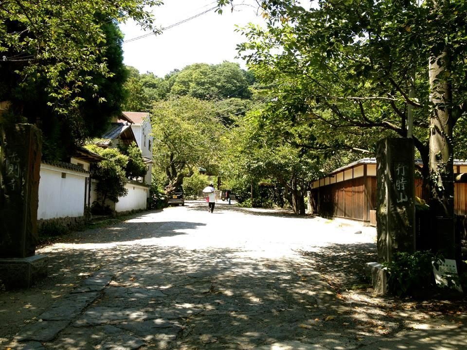 別邸前の光則寺参道