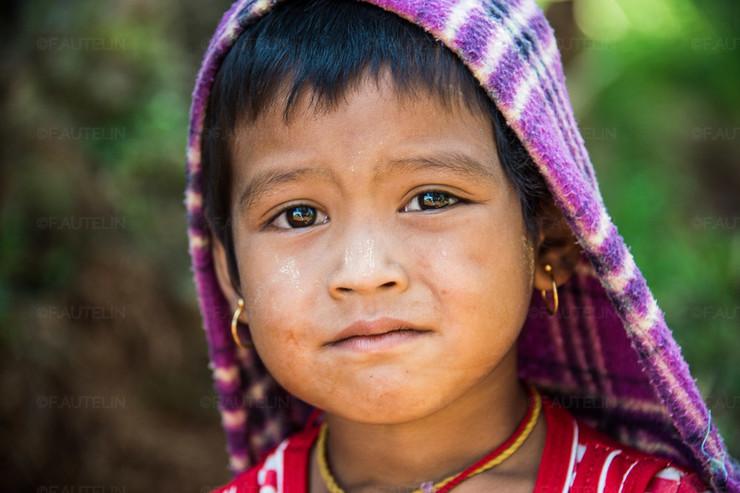 Plongée dans le regard saissant de cette petite fille birmane