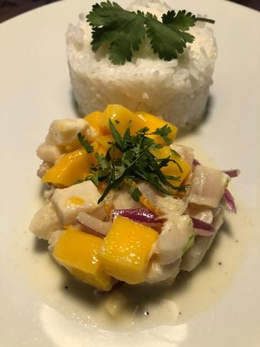 Ceviche de cabillaud et mangue aux agrumes et lait de coco. 16€.