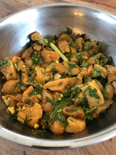 Poulet mariné au citron vert, coriandre et épices. 14€.