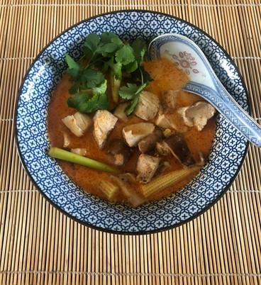 Soupe Thaï au curry de poulet avec shiitake et mini maïs 13€