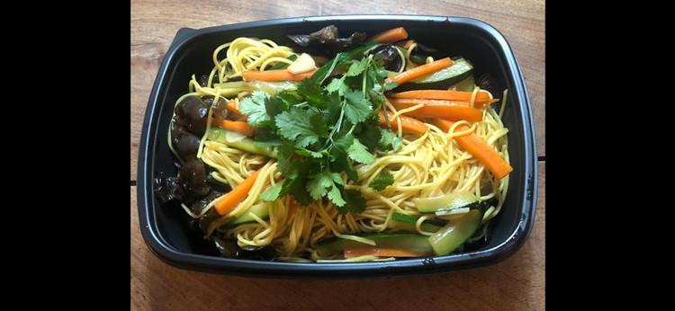 Nouilles sautée légumes et champignons noirs. 10€.