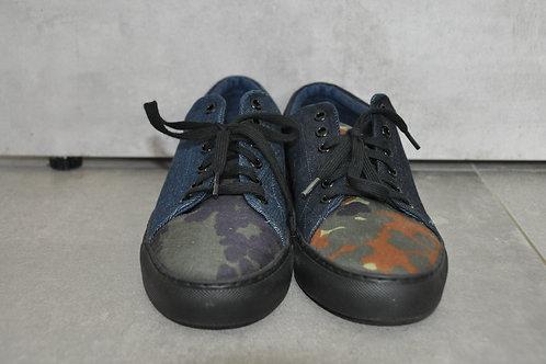 Sneaker, zwarte zool, Jeans + Camouflage