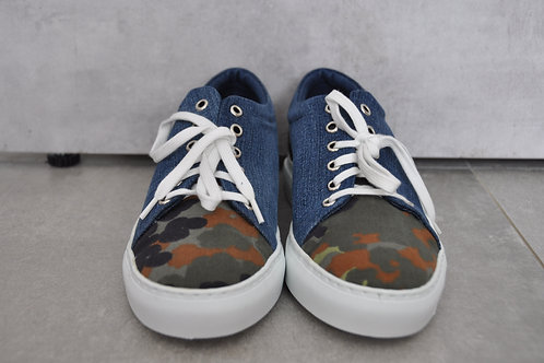 Sneaker, witte zool, Jeans + Camouflage