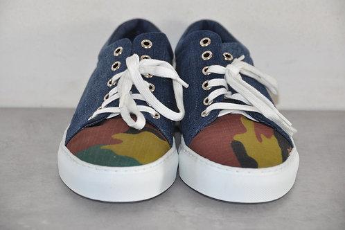 Sneaker, witte zool, Jeans + Camouflage