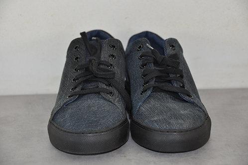 Sneaker, zwarte zool, Jeans